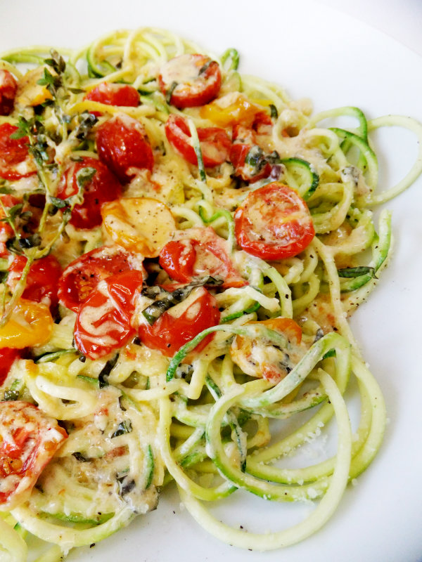 zucchini noodles with tomatoes and cream